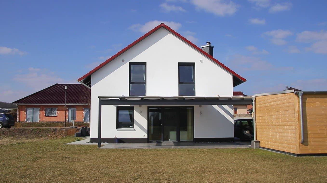 Einfamilienhaus mit Satteldach und Flachdachcarportanbau in 36364 Bad Salzschlirf