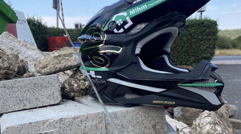 2020-08-12_Gutsmann,Lucas_MotoX-Helmbeklebung6a